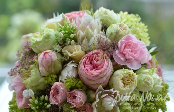 jutta-nowak-floristik-hochzeit-brautstrauss-rosa-weiss