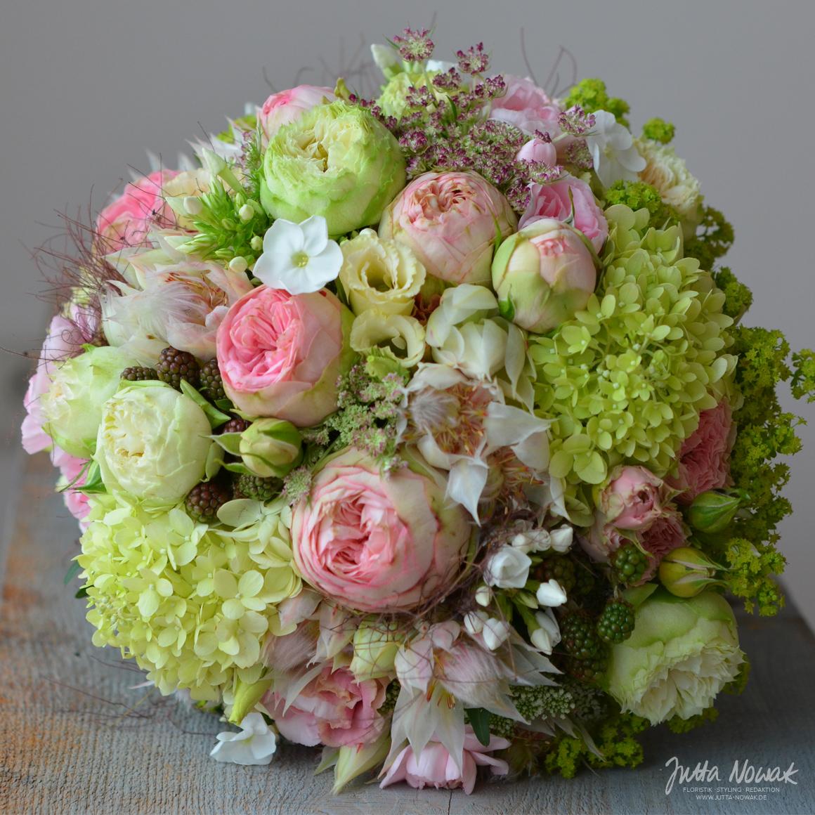 jutta-nowak-floristik-hochzeit-brautstrauss-weiss-rosa-gruen