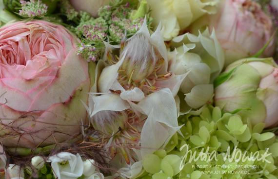jutta-nowak-floristik-hochzeit-brautstrauss-weiss-rosa