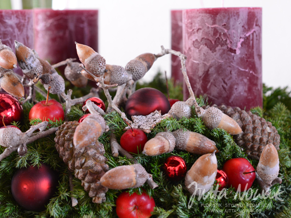Adventsausstellung 2014 Jutta Nowak: Squarrosa-Kranz, rot mit Steineiche