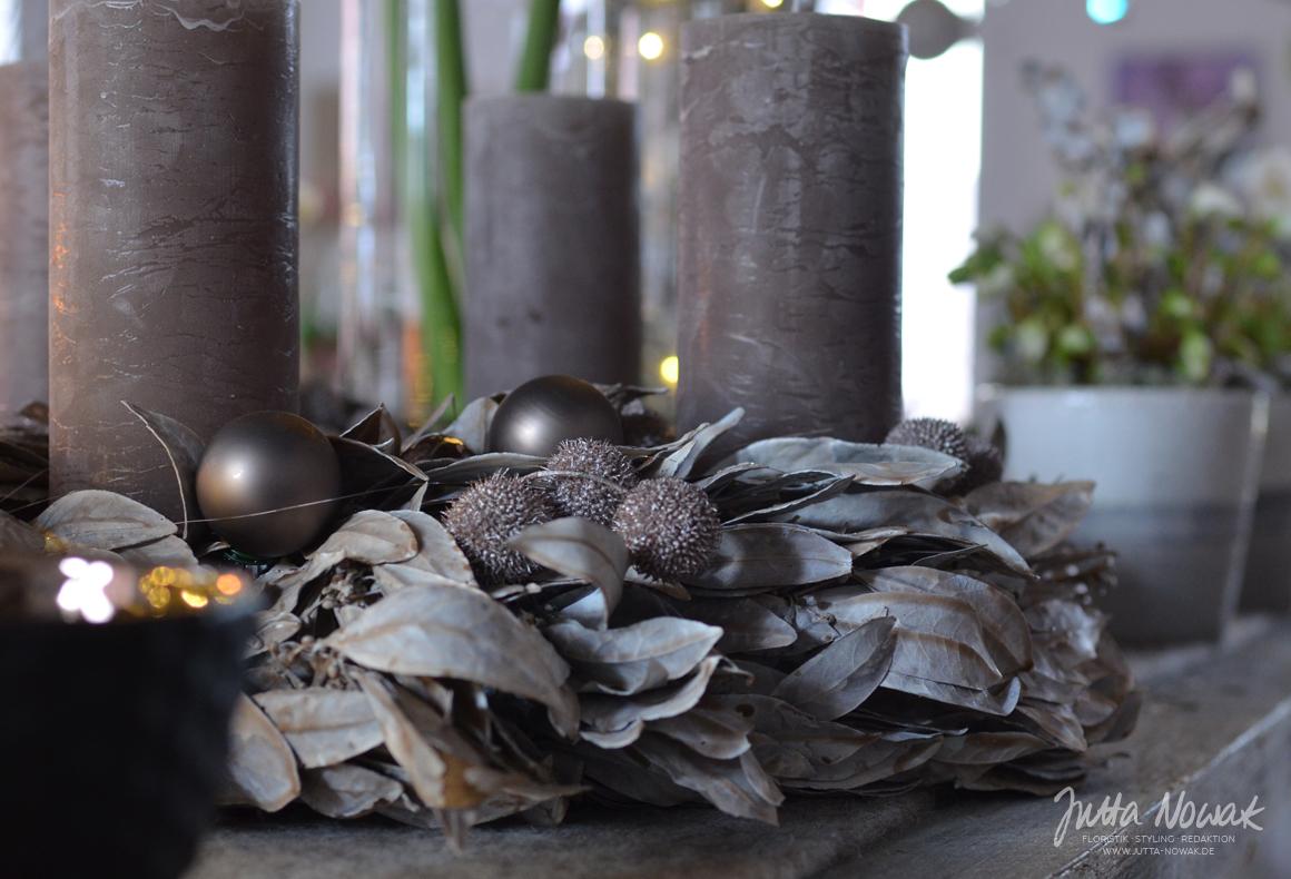 Jutta Nowak: Adventsausstellung 2015, Adventskranz aus gewachsten Lorbeerblättern