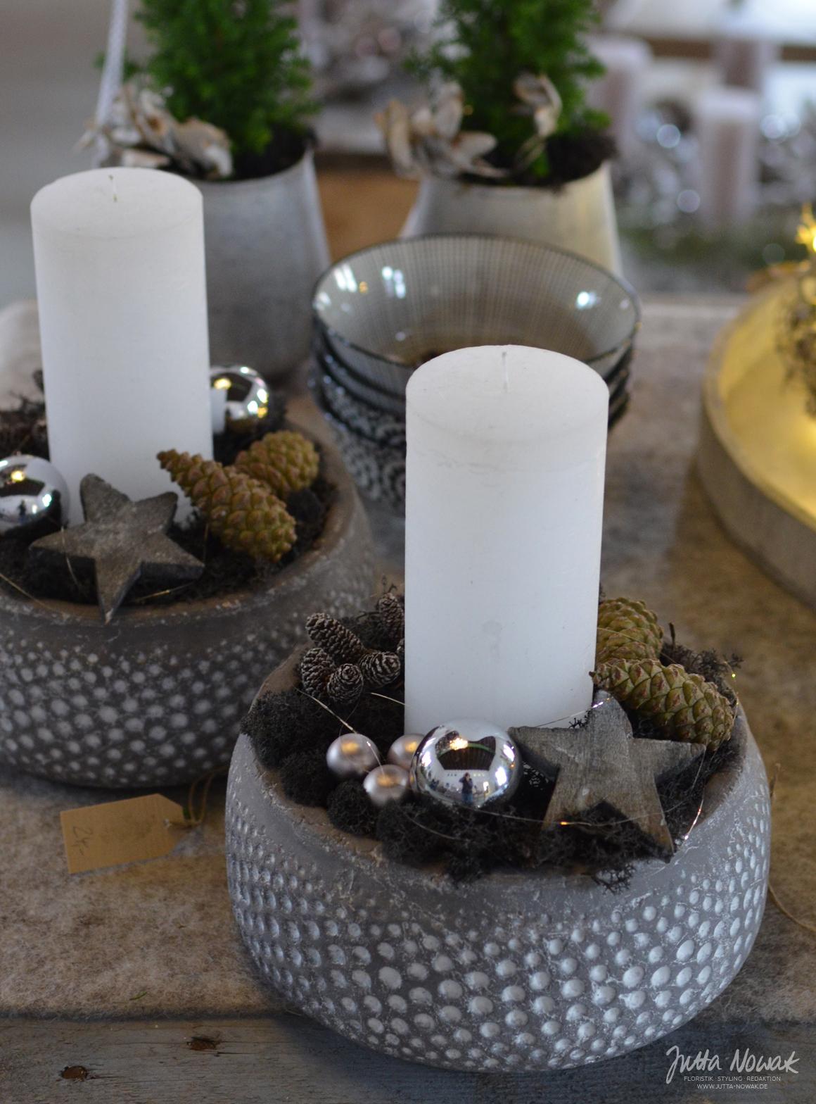 Jutta Nowak: Adventsausstellung 2015, Kerzengesteck in Schwarz, Weiß und Grau