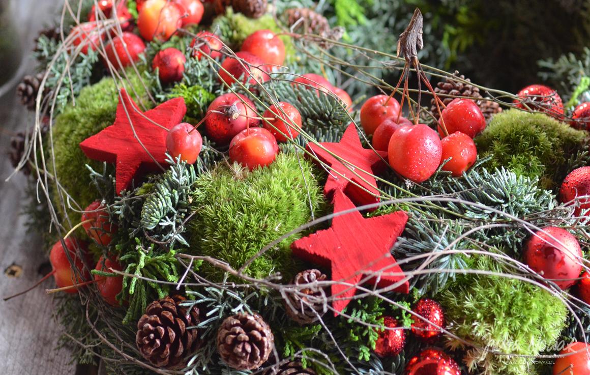 Jutta Nowak: Adventsausstellung 2015, roter Kranz mit Moos, Zieräpfeln und Co.
