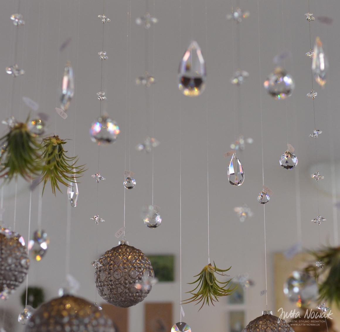 Jutta Nowak: Adventsausstellung 2015, stilsierter Leuchter mit Glaskristallen, Kugeln und Tillandsien