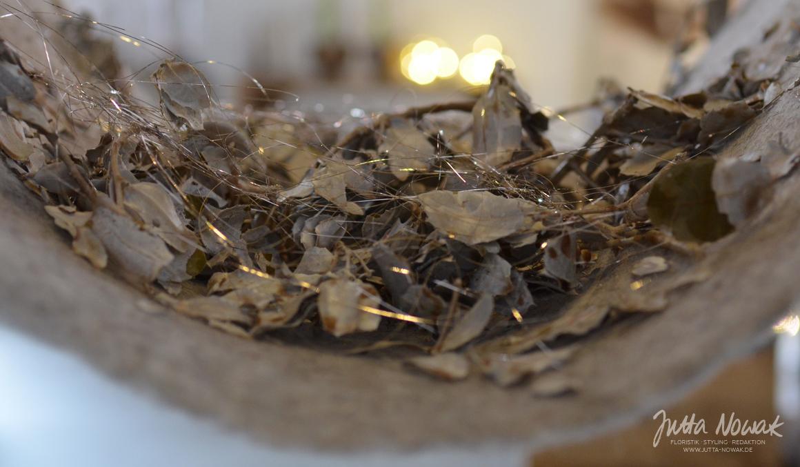 Jutta Nowak: Adventsausstellung 2015, gewachste Steineiche mit feinem Lametta