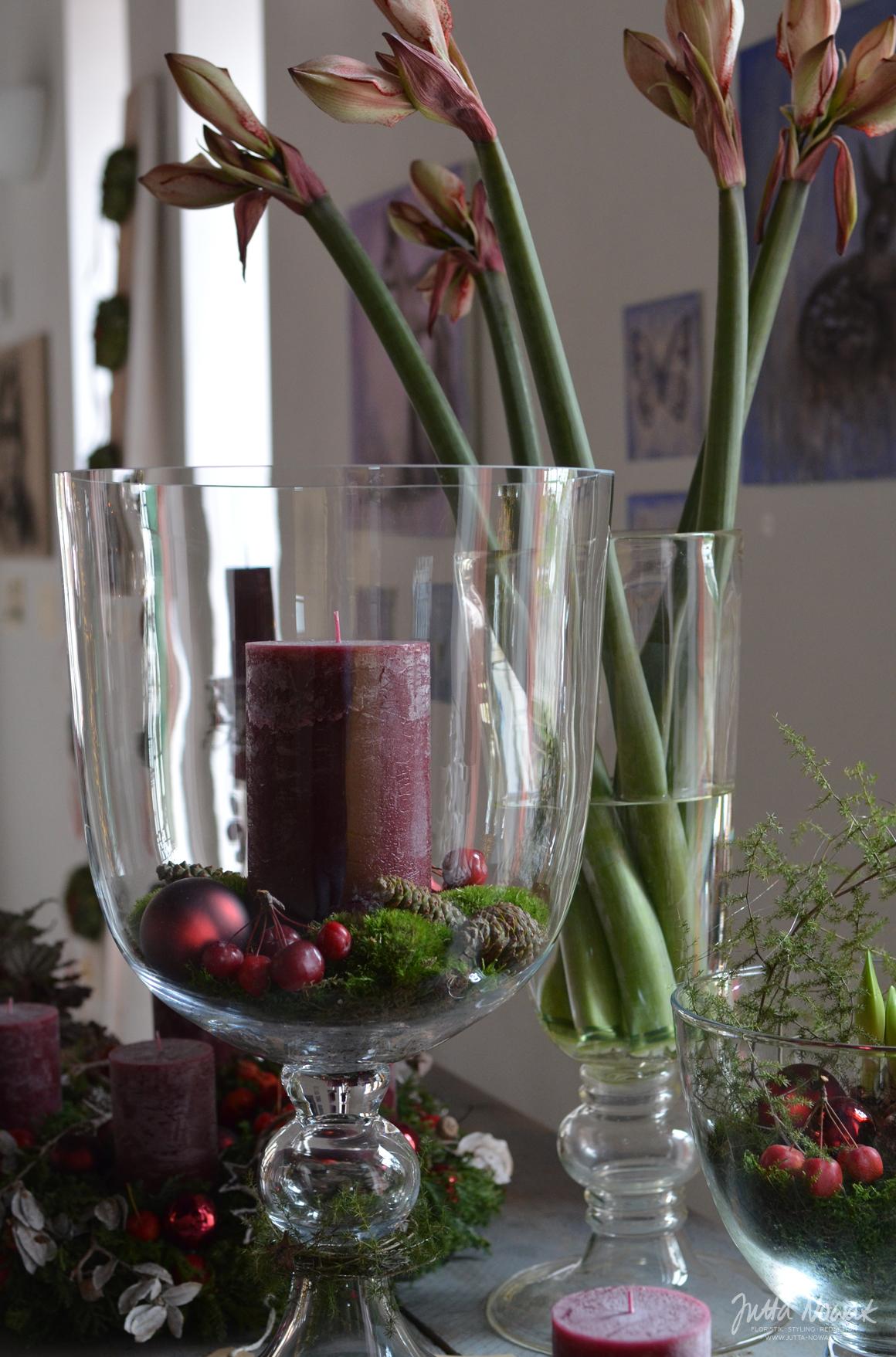 Jutta Nowak: Adventsausstellung 2015, Glaspokale mit Kerzen und Amaryllis