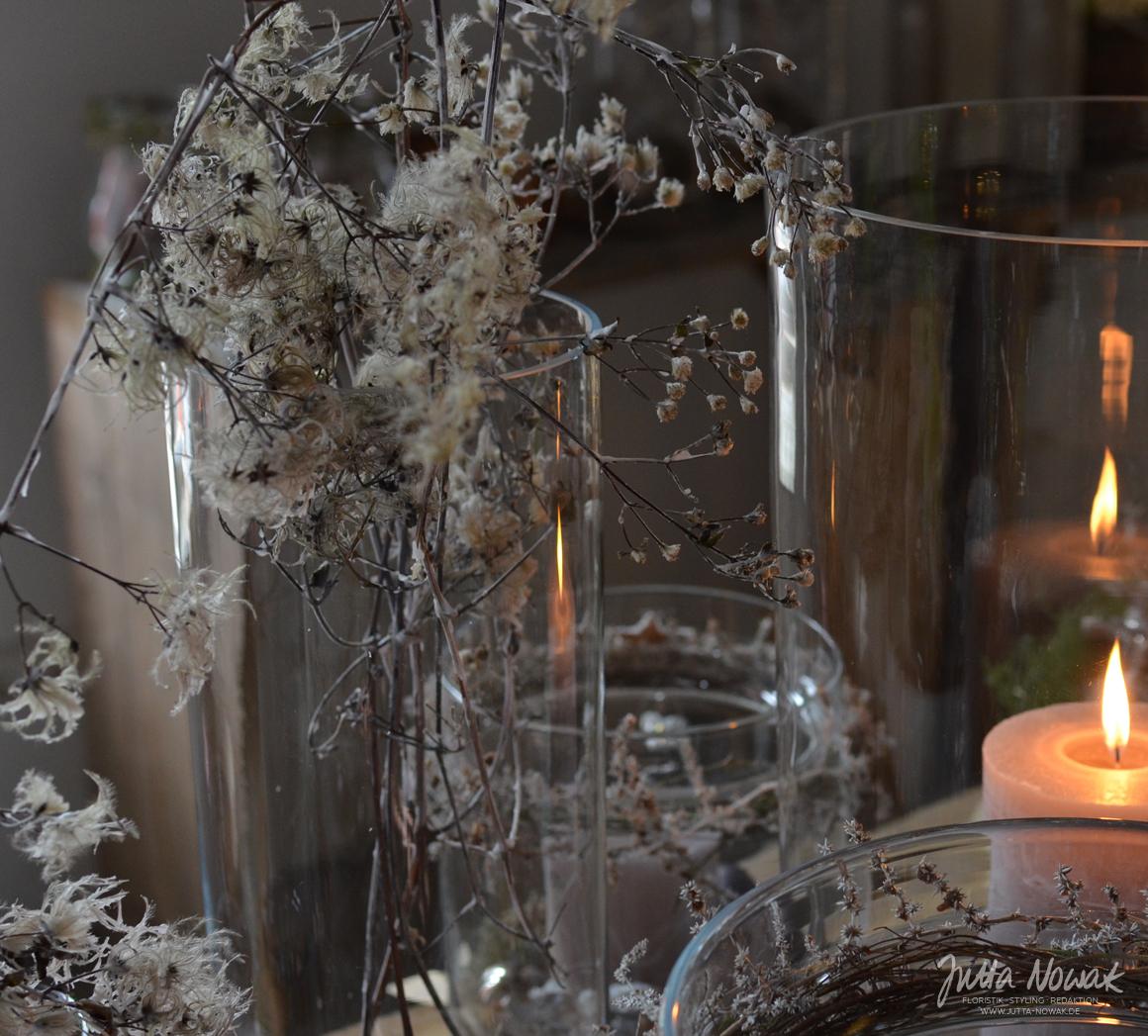 Jutta Nowak: Adventsausstellung 2015, Gläser mit Kerze, gewachster Clematis und gewachstem Wildasparagus