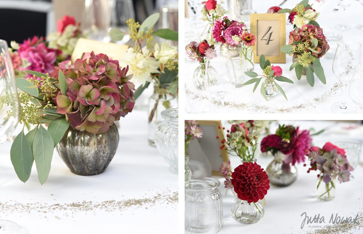 Jutta Nowak Hochzeitsfloristik: spätsommerliche Tischdeko im Vintage-Boho-Style in Rottönen und Gold mit Eukalyptus, Rosen, Dahlien, Hortensien und Co.